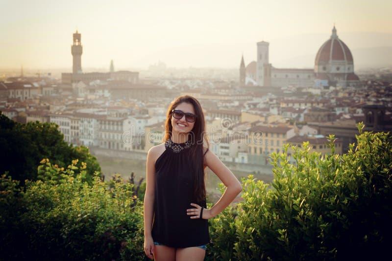 Ungt tonårigt på solnedgången i Florence arkivbild