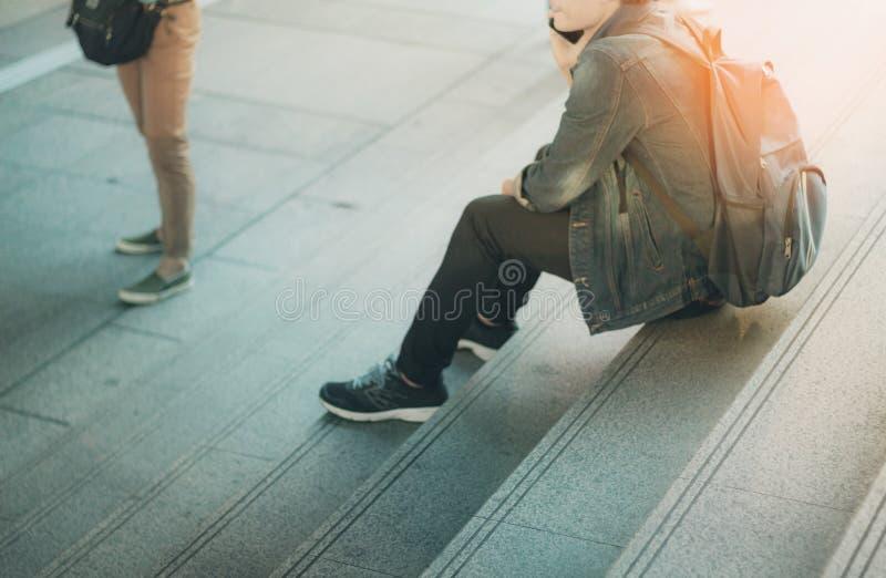 Ungt turist- sammanträde på trappa arkivfoton