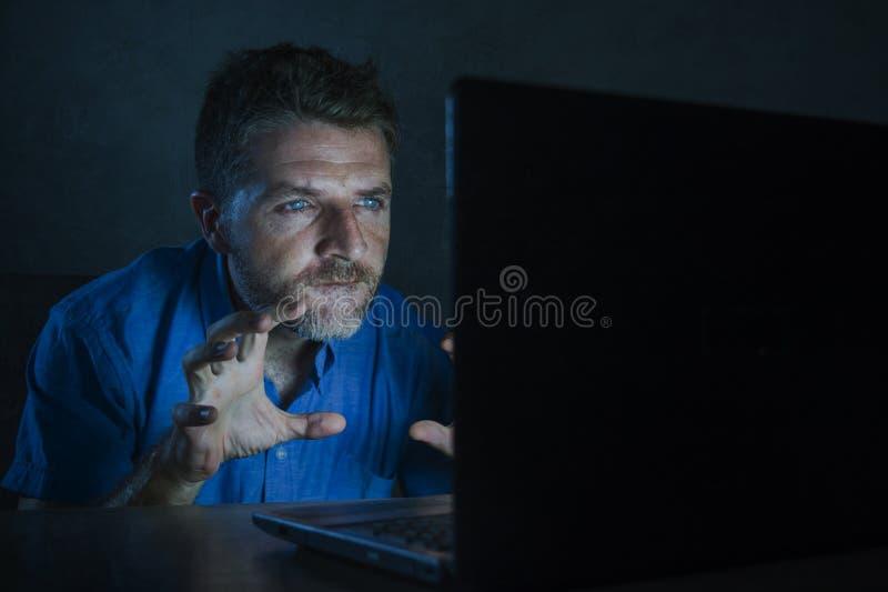 Ungt väckt och upphetsat könsbestämmer mobilen för pornografi för knarkaremannen den hållande ögonen på direktanslutet i natt för fotografering för bildbyråer