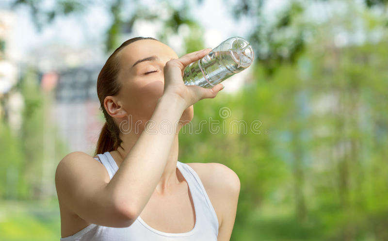 Ungt vitalitetkvinnadricksvatten arkivfoto