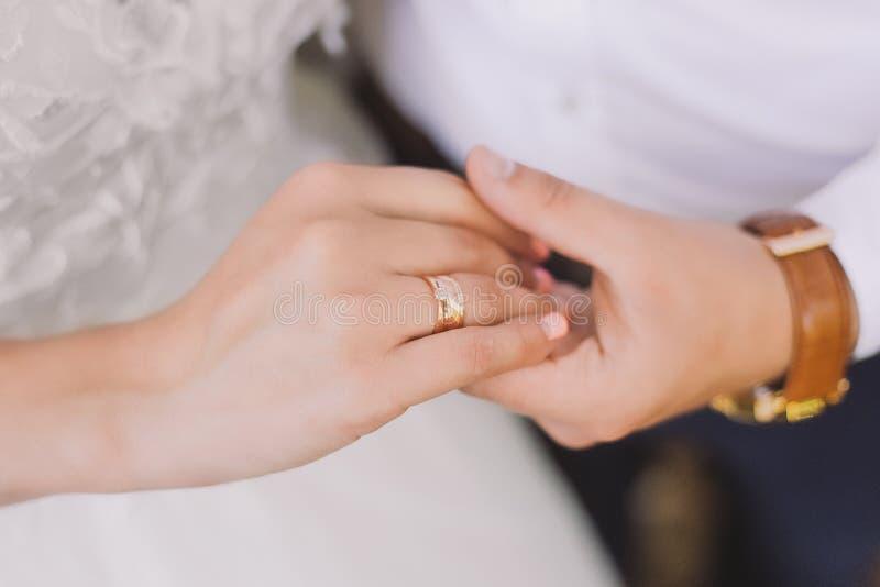 Ungt vitt rättvist gift par som rymmer händer arkivbild