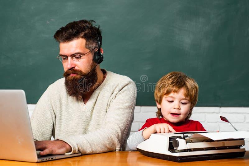 Ungt vuxet begrepp Begrepp av utbildning och undervisning Grundskolaunge och l?rare i klassrum p? skola _ royaltyfri fotografi