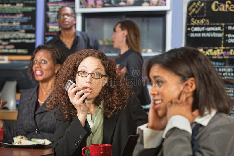 Unhöfliche Frau am Telefon stockfotos