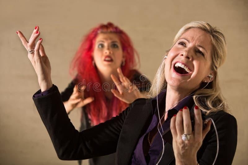 Unhöfliche singende Frau lizenzfreie stockfotos