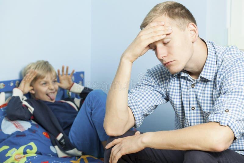Unhöflicher Sohn und sein müder Vater stockbilder