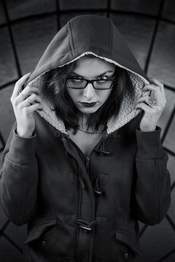 Unheimliches Mädchen in der Haube lizenzfreie stockbilder