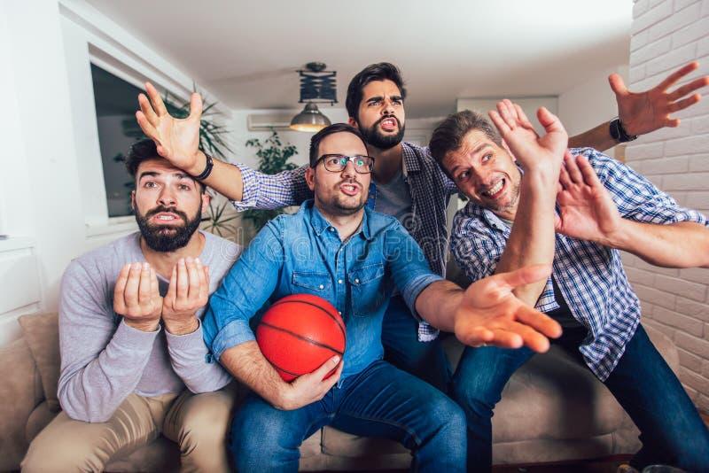 Unholde oder Basketballfans, die Basketballspiel im Fernsehen aufpassen und zu Hause Sieg feiern Freundschaft, Sport und lizenzfreie stockfotos