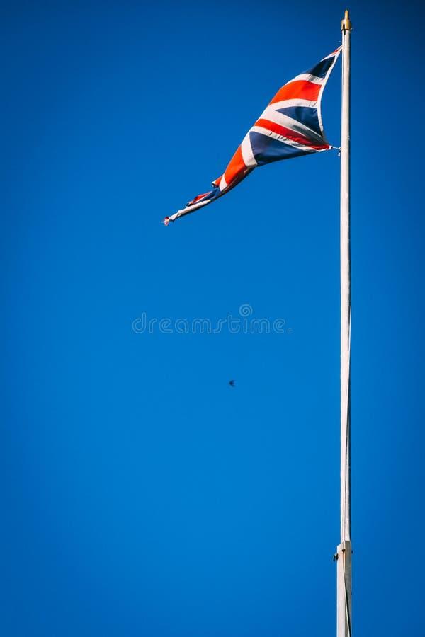 União britânica Jack Flag no polo de bandeira com fundo do céu azul imagem de stock royalty free