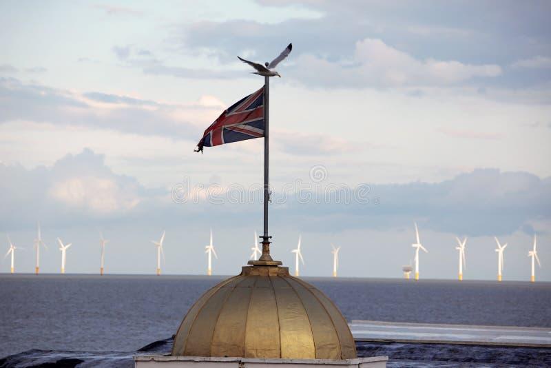 União Jack de encontro à estação das energias eólicas fotos de stock royalty free