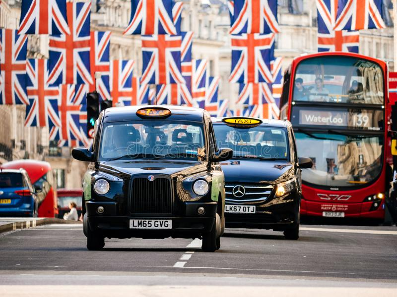 União Jack Flags em Regent Street um o dia antes do casamento real fotos de stock