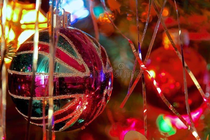 Unión Jack Bauble del kitsch en el árbol de navidad adornado foto de archivo