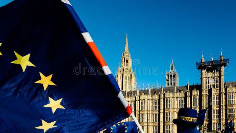 Unia Europejska Union Jack i Brytyjski zaznaczamy latanie przed domami parlament przy Westminister pałac, Londyn, wewnątrz fotografia stock