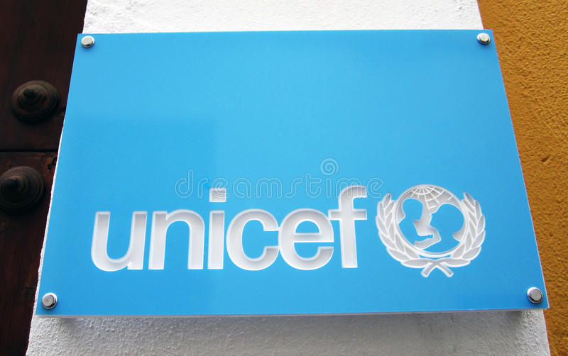 Unicef-Zeichen mit Zeichen lizenzfreie stockbilder