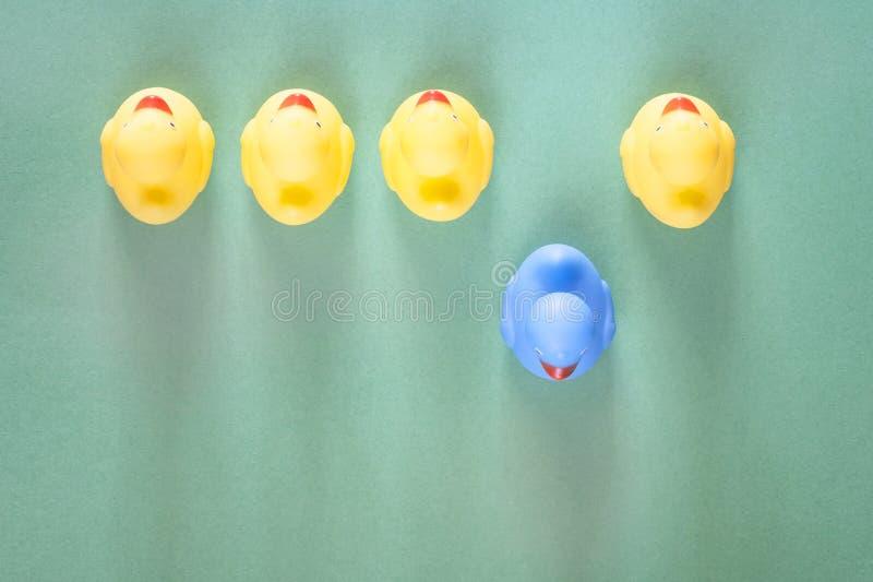 Unicité, différence, individualité et position hors du concept de foule photos stock