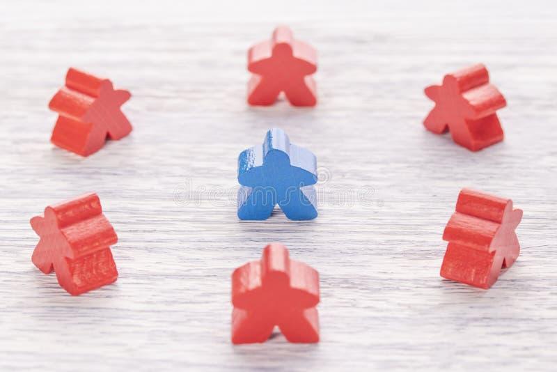 Uniciteit, individualiteit en verschil Blauw houten cijfer in een menigte van verschillende kleur stock foto
