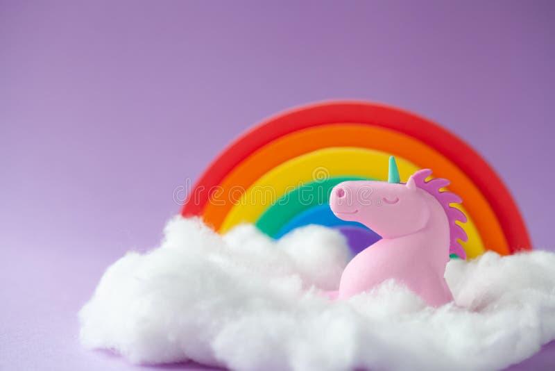 Unicorn Sitting feliz en una nube fotos de archivo libres de regalías