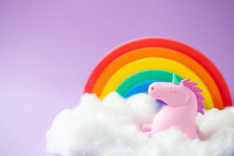 Unicorn Sitting heureux sur un nuage image stock