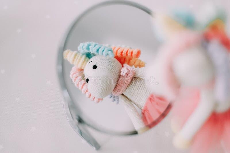 Unicornio colorido divertido del juguete Juguete hecho a mano hecho punto imagenes de archivo
