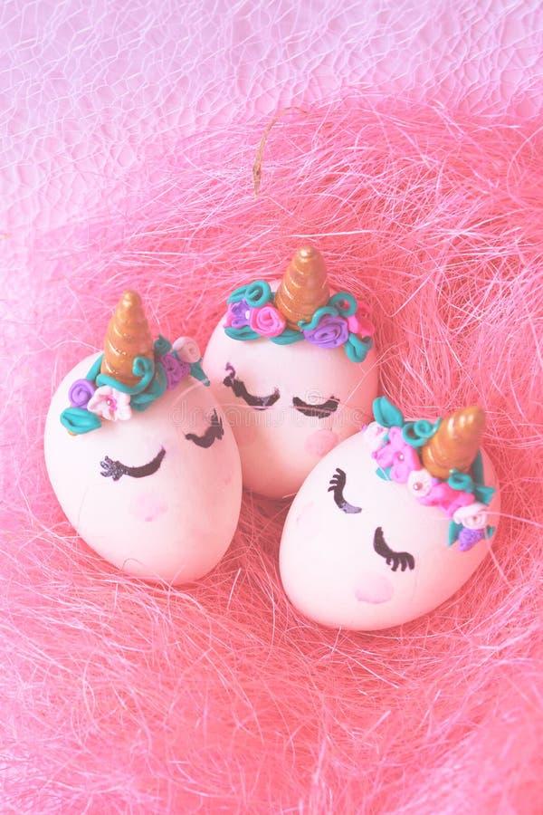 Unicornios de los huevos de Pascua en jerarquía imagenes de archivo