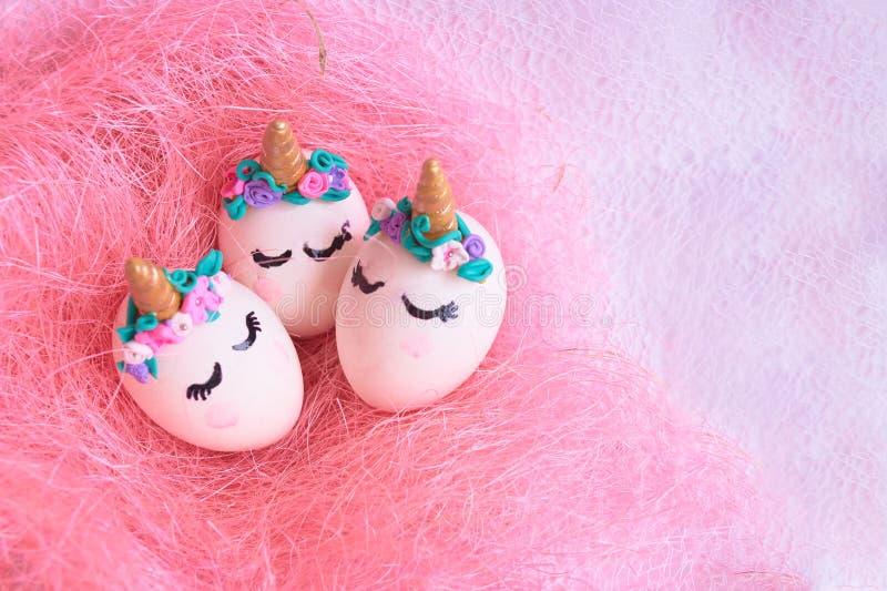 Unicornios de los huevos de Pascua en jerarquía fotos de archivo