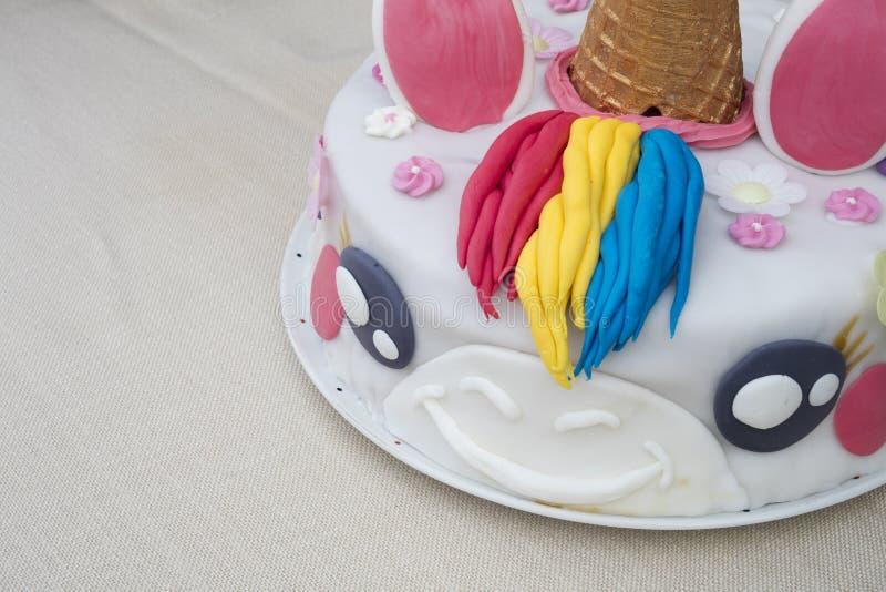 Unicorno casalingo della torta di compleanno su una tavola immagine stock libera da diritti