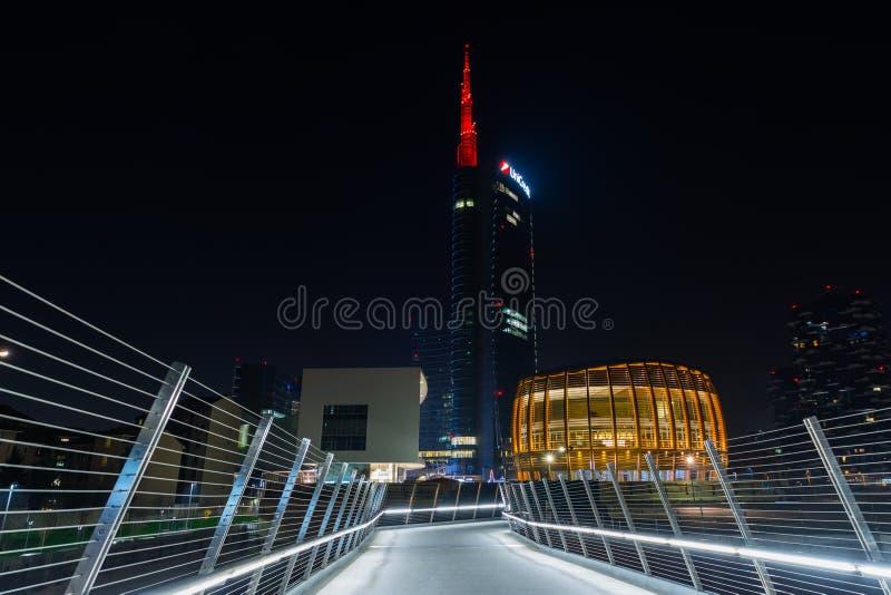 UniCredit塔米兰的夜视图 图库摄影
