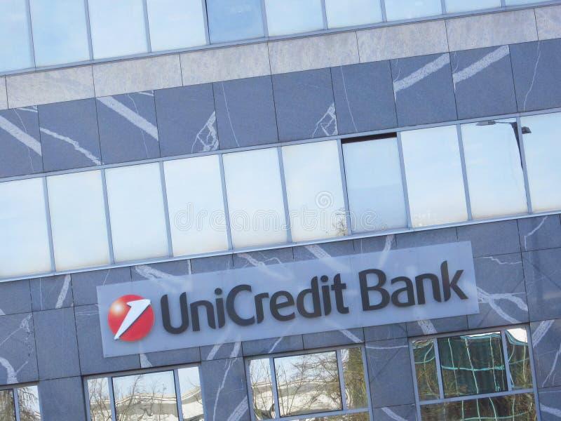 Unicredit banktecken på en byggnad arkivbild