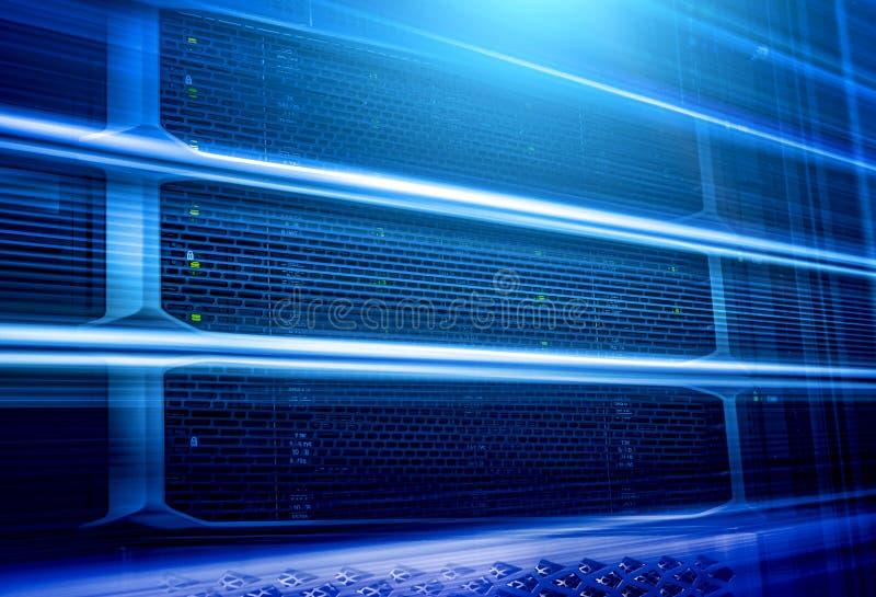 Unidad central del panel de servidores modernos en fondo del movimiento del centro de datos imagen de archivo libre de regalías