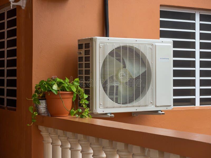 Unidad de aire acondicionado fuera de una casa residencial imagen de archivo libre de regalías