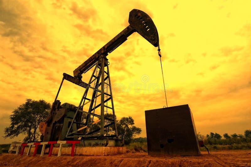 Unidad de bombeo del petróleo foto de archivo libre de regalías