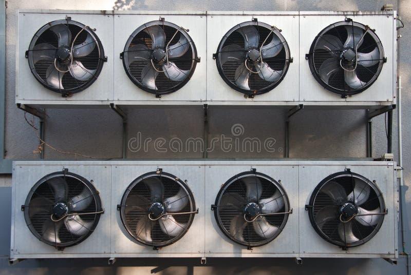 Unidad de condicionamiento con las fans en la pared de un edificio imágenes de archivo libres de regalías