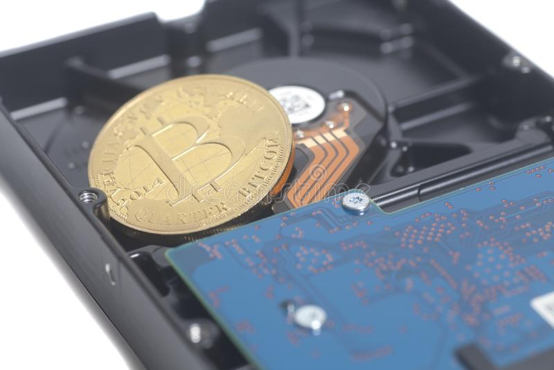 Unidad de disco duro con Bitcoin fotografía de archivo libre de regalías