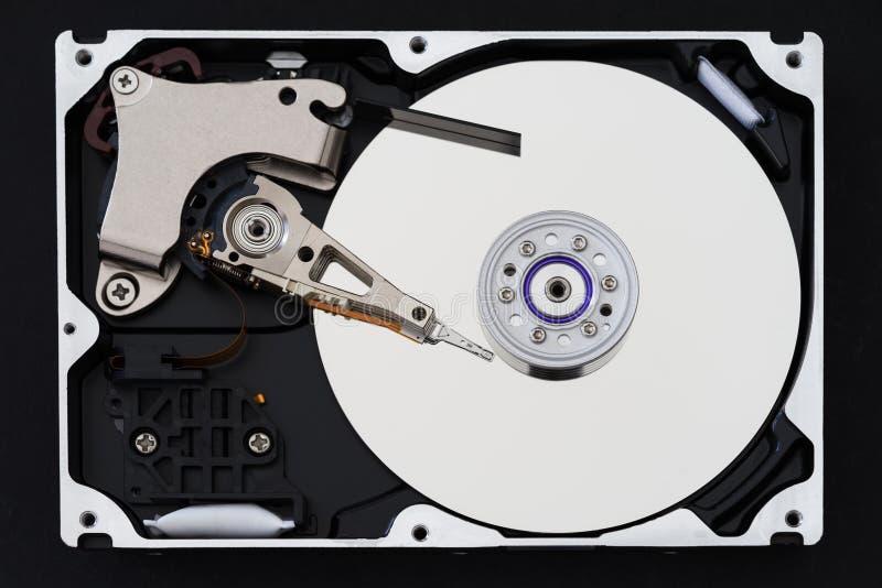 Unidad de disco duro con la cubierta quitada, hdd dentro de la visión plana, eje, brazo de actuador, cabeza de lectura/grabación, imagen de archivo