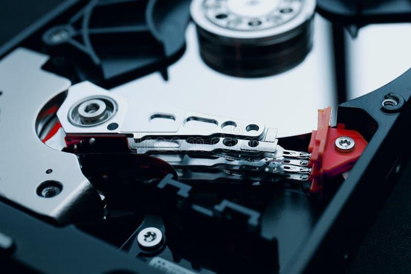 Unidad de disco duro desmontada la cabeza de lectura/grabación y los discos foto de archivo