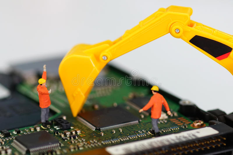 Unidad de disco duro miniatura de la reparación de los trabajadores imagen de archivo