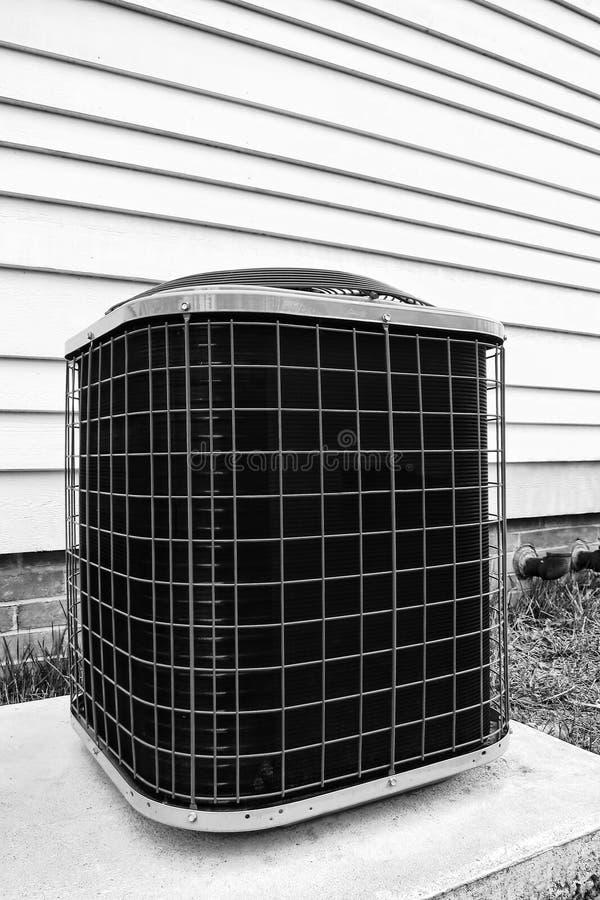 Unidad de enfriamiento de la bomba del acondicionador de aire fuera del edificio fotografía de archivo