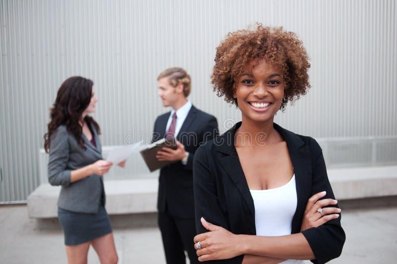 Unidad de negocio joven que se une en la oficina imagen de archivo