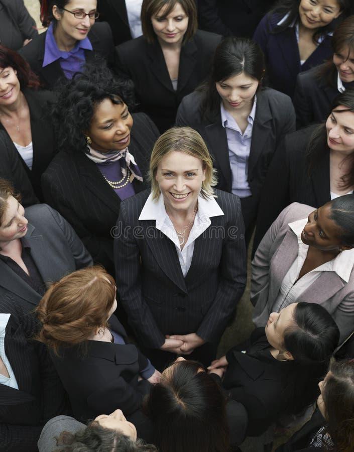 Unidad de negocio que mira a la mujer en centro imágenes de archivo libres de regalías
