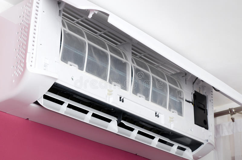 Unidad del acondicionador de aire con el panel abierto del servicio fotos de archivo