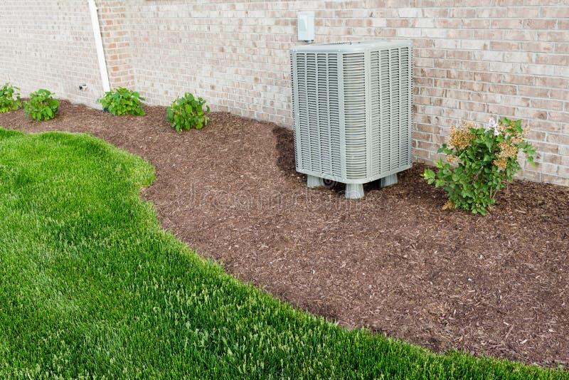 Unidad del condensador del acondicionador de aire que se coloca al aire libre fotos de archivo libres de regalías