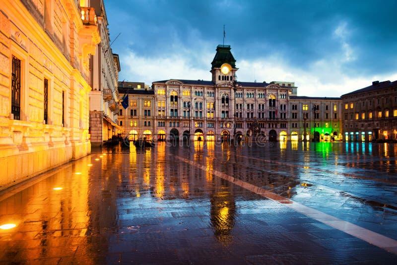 Unidad del cuadrado de Italia en Trieste, Italia en la noche durante llover pesado foto de archivo