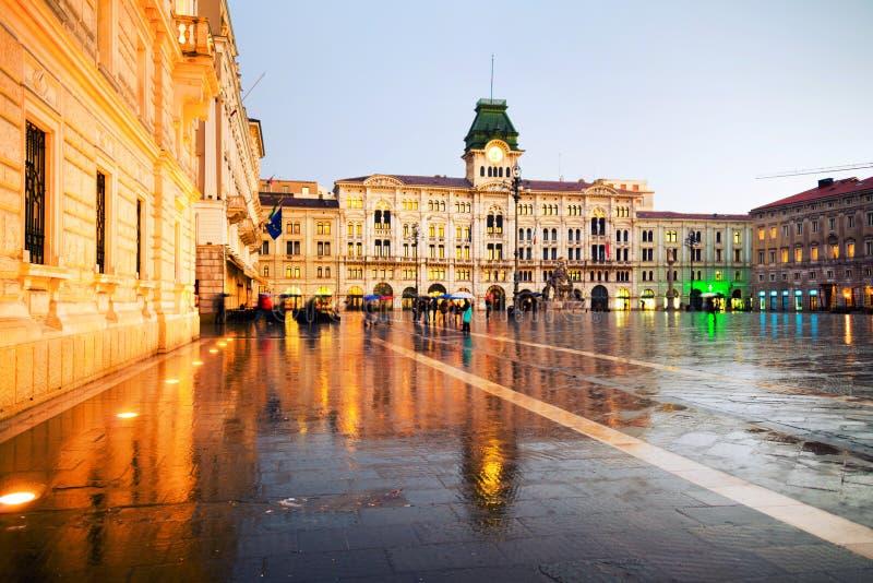 Unidad del cuadrado de Italia en Trieste, Italia en la noche durante llover pesado fotografía de archivo libre de regalías