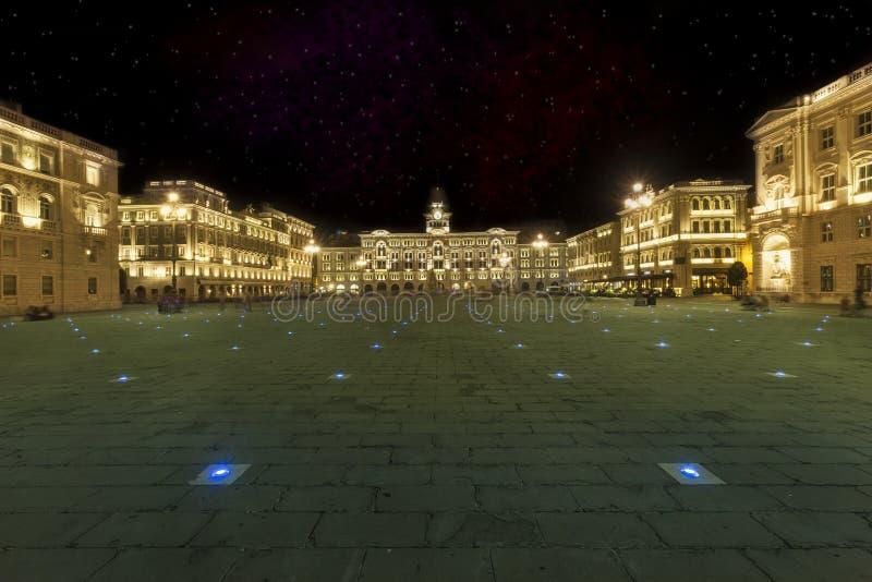 Unidad del cuadrado Trieste, Italia de Italia Escena de la noche con el cielo de las estrellas foto de archivo