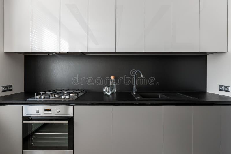 Unidad gris moderna y elegante de la cocina fotografía de archivo libre de regalías