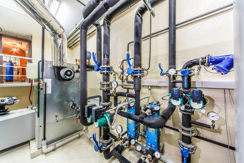 Unidad tecnológica de la caldera con los tanques, las tuberías y la chimenea fotografía de archivo libre de regalías