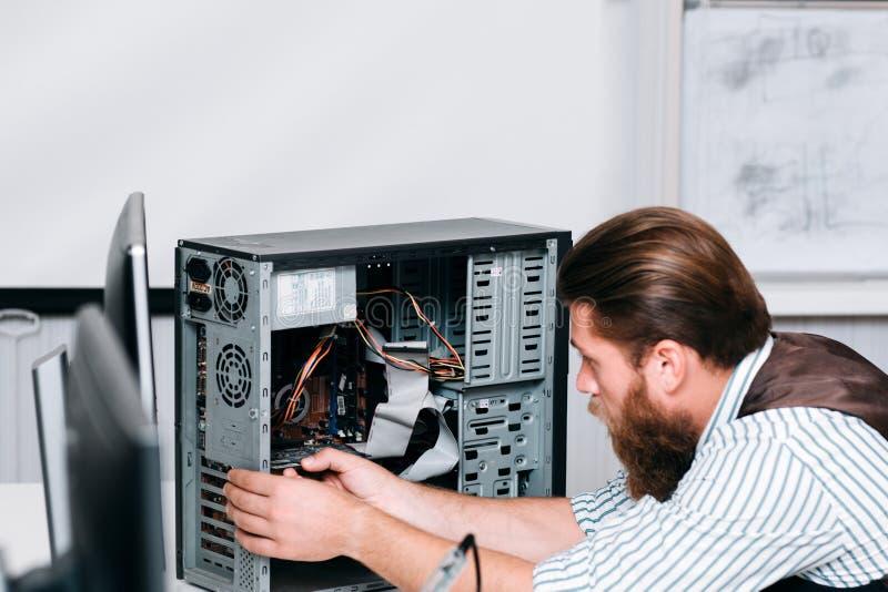 Unidade de computador de desmontada do reparador farpado imagens de stock royalty free