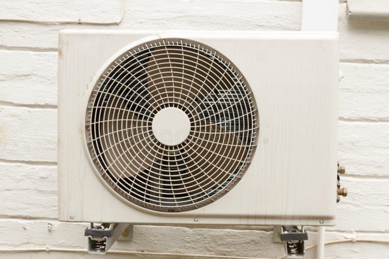 Unidade de condicionamento de ar branca resistida montada em Wa home exterior imagens de stock royalty free