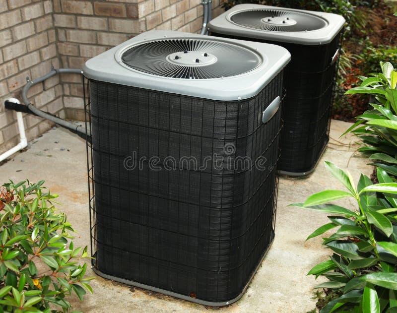 Unidade de condicionamento de ar residencial do quintal fotos de stock