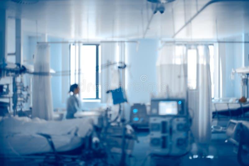 Unidade de cuidados intensivos equipada de hospital moderno, backg unfocused imagens de stock