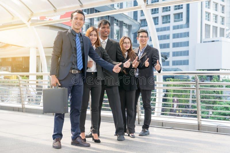 Unidade de negócio bem sucedida com polegares fotografia de stock